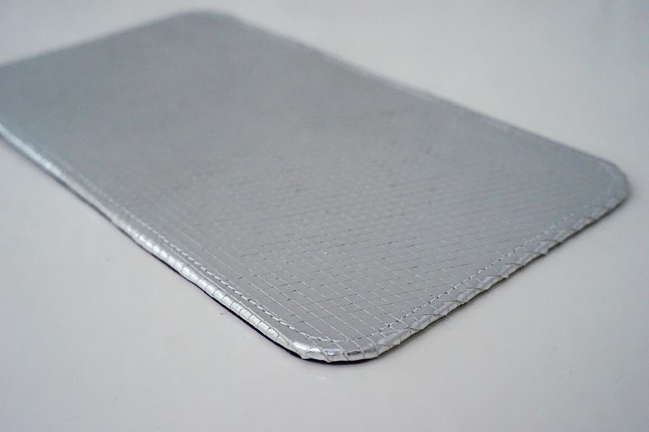 detaliu sarpe metalic argintiu