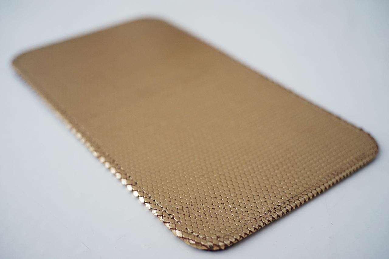 detaliu sarpe metalic auriu